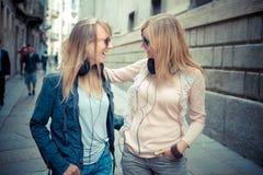 Dos mujeres rubias hermosas que caminan y que hablan Foto de archivo libre de regalías