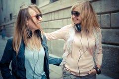 Dos mujeres rubias hermosas que caminan y que hablan Foto de archivo