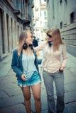 Dos mujeres rubias hermosas que caminan y que hablan Imagen de archivo libre de regalías