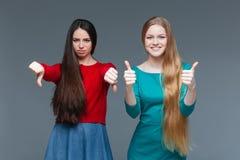 Dos mujeres sobre gris Imagen de archivo libre de regalías