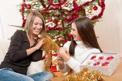 Dos mujeres sonrientes con la decoración de la Navidad Fotos de archivo