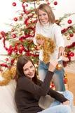 Dos mujeres sonrientes con la decoración de la Navidad Foto de archivo libre de regalías
