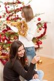 Dos mujeres sonrientes con la decoración de la Navidad Imagenes de archivo
