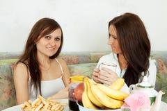 Dos mujeres sonrientes tienen té Fotos de archivo