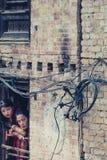Dos mujeres tradicionales en Bhaktapur Foto de archivo