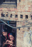 Dos mujeres tradicionales en Bhaktapur Imagen de archivo libre de regalías