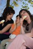 Dos mujeres y helados de la muchacha y de vainilla Foto de archivo libre de regalías