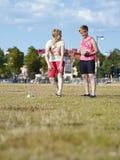 Dos mujeres y juegos del petanque Foto de archivo libre de regalías