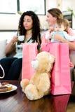 Dos mujeres y un bebé rodeado por los regalos Imagen de archivo libre de regalías