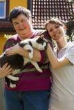 Dos mujeres y un gato Imágenes de archivo libres de regalías