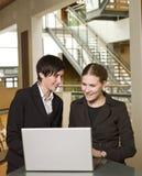 Dos mujeres y un ordenador Imagen de archivo libre de regalías
