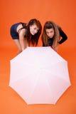 Dos mujeres y un paraguas blanco fotografía de archivo libre de regalías