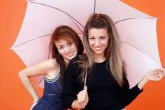 Dos mujeres y un paraguas blanco 2 fotos de archivo libres de regalías