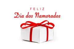DOS Namorados de Feliz Dia dans la langue portugaise : Message textuel heureux de jour de Valentine's et boîte-cadeau blanc de  Photos libres de droits