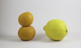 Dos naranjas y un limón Foto de archivo libre de regalías