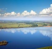 Dos naves del río y grandes nubes Fotos de archivo