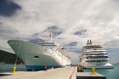 Dos naves grandes en bahía imagenes de archivo