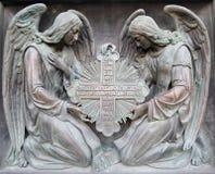 Dos ángeles llevan a cabo la cruz Fotografía de archivo