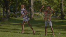 Dos niñas afroamericanas frescas en danza metrajes