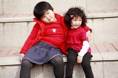 Dos niñas asiáticas en las escaleras. Fotos de archivo libres de regalías