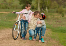 Dos niñas con el padre que abraza afuera Imagenes de archivo