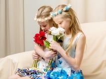 Dos niñas con las flores Imágenes de archivo libres de regalías