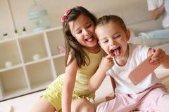 Dos niñas en casa Imagen de archivo