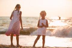 Dos niñas en la playa imagen de archivo libre de regalías