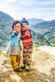 Dos niñas en Nepal que sostiene las flores en sus manos Fotos de archivo