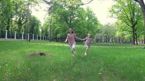 Dos niñas en parque almacen de video