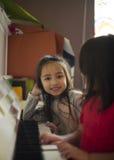 Dos niñas en una lección de piano fotografía de archivo libre de regalías