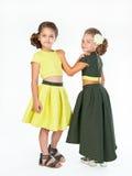 Dos niñas en vestidos de lujo similares Fotos de archivo libres de regalías
