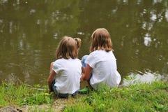 Dos niñas por el lago Foto de archivo libre de regalías