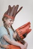 Dos niñas que juegan a indios Imagen de archivo libre de regalías