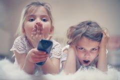 Dos niñas que mienten en el piso imagen de archivo