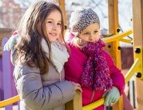 Dos niñas que presentan en el patio Imágenes de archivo libres de regalías
