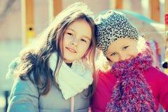 Dos niñas que presentan en el patio Fotografía de archivo