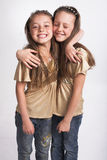 Dos niñas que se abrazan Imagenes de archivo