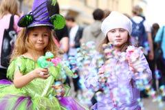 Dos niñas soplan muchas burbujas de jabón Imagen de archivo