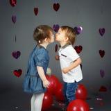 dos niños adorables lindos de los niños del bebé que se besan en estudio Imagen de archivo libre de regalías