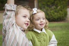 Dos niños adorables que juegan afuera Fotografía de archivo libre de regalías