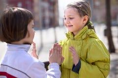 Dos niños al aire libre son amigos Fotos de archivo