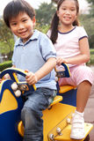 Dos niños chinos que juegan en patio Foto de archivo libre de regalías