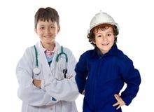 Dos niños con la ropa de trabajadores fotografía de archivo libre de regalías