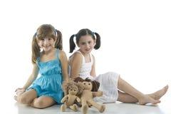 Dos niños con sus muñecas preferidas fotos de archivo