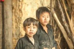 Dos niños de la minoría étnica Imagenes de archivo