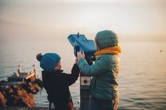 Dos niños divertidos que juegan junto afuera Fotografía de archivo libre de regalías
