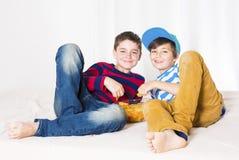 Dos niños en cama Foto de archivo