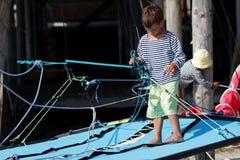 Dos niños en el catamarán/el yate del mar Fotos de archivo libres de regalías