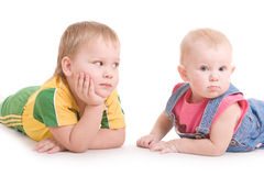 Dos niños en el suelo foto de archivo libre de regalías